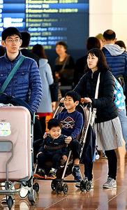 混雑する羽田空港国際線ターミナルの到着ロビー=3日午後、仙波理撮影