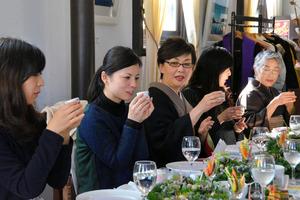 県酒造組合のイベントで、華やかなテーブルコーディネートの中、日本酒を楽しむ女性ら=佐賀市城内