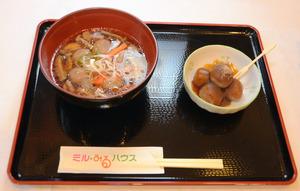 「えごまパウダー」を使って開発した「軽米えごま団子汁」(左)と「みたらしエゴマ団子」
