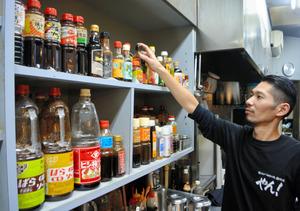 棚に並ぶ兵庫県など各地のソース=大阪市浪速区の「やん!なんば本店」