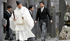 伊勢神宮内宮を参拝する安倍首相と閣僚ら=4日午後、三重県伊勢市、小川智撮影