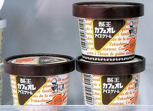「酪王カフェオレアイスクリーム」。売店の店員も「冬場なのにすごい売れ行き」と驚く=福島市