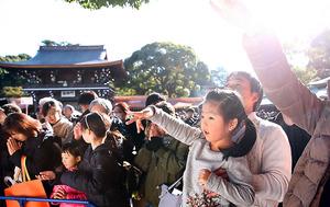 元日、多くの家族が初詣に訪れた。次世代の社会をどう支えるか、国家の役割も問い直されている=東京・明治神宮、林敏行撮影