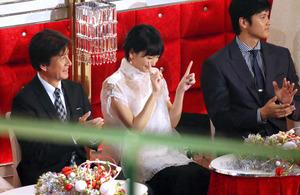 審査員席で「恋ダンス」の振りをする新垣結衣さん(中央)=31日、東京都渋谷区のNHKホール、林敏行撮影