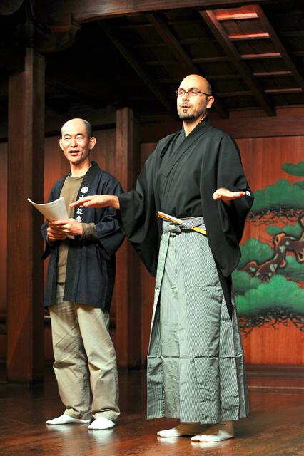 「上方伝統芸能ナイト」で司会を務めるペトコ・スラボフさん(右)=大阪市中央区