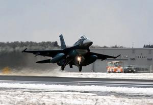 今年最初の訓練のため離陸するF2戦闘機=航空自衛隊三沢基地