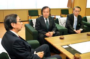 西川一誠知事(左)に敦賀原発2号機への対応などについて抱負を語る日本原子力発電の村松衛社長(中央)=県庁