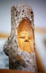 児童相談所の事務所に置かれた、木彫りの仏像