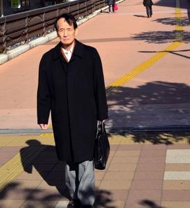 自宅近くを歩く中沢孝平さん。「今年の目標は、できるだけ歩くことです」と話す=5日、千葉県