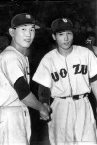 延長十八回を戦い終え、翌日の健闘を誓って握手する徳島商・板東英二(左)と魚津・村椿輝雄の両投手
