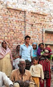 パキスタン中部ゴジュラ近郊の農村ブルプルでは、少数派のキリスト教徒が多数派のイスラム教徒の助けを借りながら、崩れた教会を少しずつ建て直している=2016年11月29日、乗京真知撮影