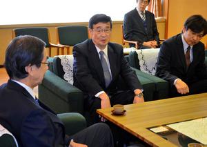 西川一誠知事(左)にもんじゅの廃炉決定を陳謝する日本原子力研究開発機構の児玉敏雄理事長(中央)=県庁