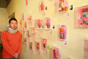 デハラユキノリさんとピンク色の作品群=高知市本町1丁目