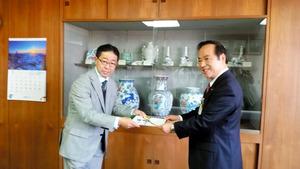 NPO法人の菅波さん(左)から目録を受け取る塚部市長=佐賀県伊万里市役所