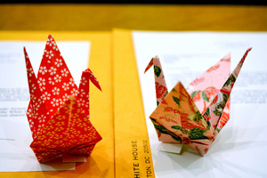 オバマ氏が長崎市のために折った2羽の折り鶴=長崎市の長崎原爆資料館