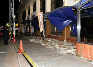崩落した外壁の破片が駐輪場の屋根を突き破って散乱していた=6日午後7時13分、福岡市南区中尾2丁目、宮谷由枝撮影