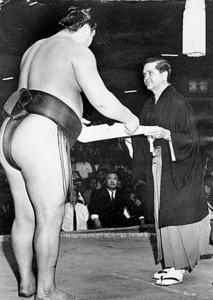 1968年秋場所で大鵬に賞状を渡すデビッド・ジョーンズさん=いずれも東京都台東区の蔵前国技館