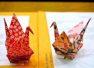 オバマ氏が長崎市のために折った2羽の折り鶴