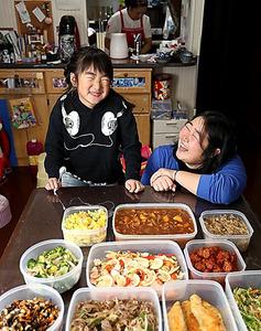家事代行会社のスタッフが調理したおかずが、藤田さん宅の食卓を埋めた=東京都中央区、越田省吾撮影