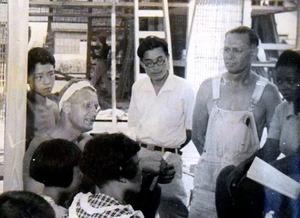 フロイド・シュモー氏(左から2人目)と共に「広島の家」プロジェクトに参加したエメリー・アンドリュース氏(同4人目)と安積仰也さん(左端)=1949年夏、安積さん提供