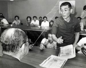 川本輝夫さん(右)。新たに出る環境庁事務次官通知をめぐり、「国で補償費の面倒をみるかわりに(認定申請者の)棄却処分、つまり患者の切り捨てを進めようというものだ」と山田久就環境庁長官に詰め寄った=1978年6月23日、東京都