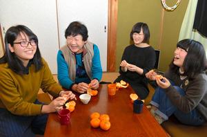 「シェアハウス」の居間で談笑する(右から)林栞里さん、橋谷喜恵さん、堀咲子さん、坂本千夏さん=美浜町野間