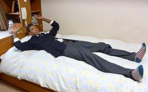 ベッドに寝転ぶアドゥワ