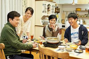 「就活家族」の一家を演じる、左から三浦友和、前田敦子、黒木瞳、工藤阿須加