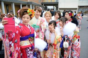 式終了後、写真撮影をする浪江町の新成人たち=二本松市