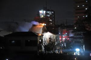 炎と煙を上げる民家=9日午前1時7分、東京都足立区関原2丁目、林紗記撮影