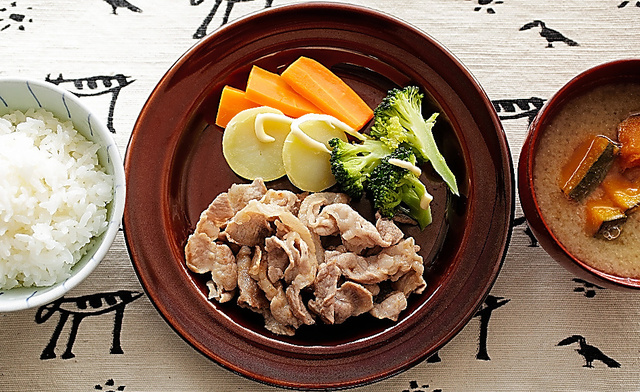 豚肉のソテーと蒸し野菜・カボチャのみそ汁=いずれも合田昌弘撮影