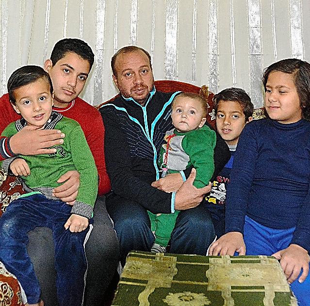 シャハタさん(左から3人目)と家族。親族宅に身を寄せている=3日、カイロ郊外、翁長忠雄撮影