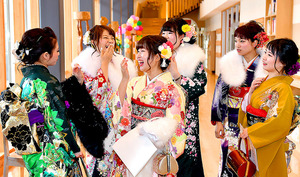 福島第一原発事故後、初めて村内で行われた成人式。昨年8月にオープンした村の交流センターで久しぶりに再会した新成人たちは話に花を咲かせた=8日午後、福島県飯舘村