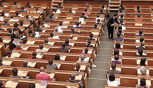 東京都議選の候補者を選ぶための筆記試験にのぞむ政治塾の塾生たち=7日