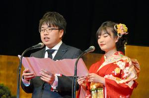 宣誓をした新成人代表の竹田智紀さんと竹内花織さん=広島市西区