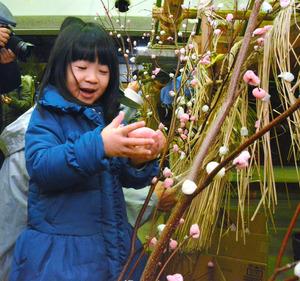 「だんごさし」を楽しむ菅原紗有ちゃん=福島市の民家園