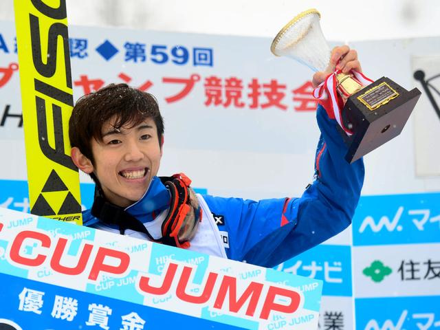 優勝し、表彰式でトロフィーを掲げる中村直幹=白井伸洋撮影