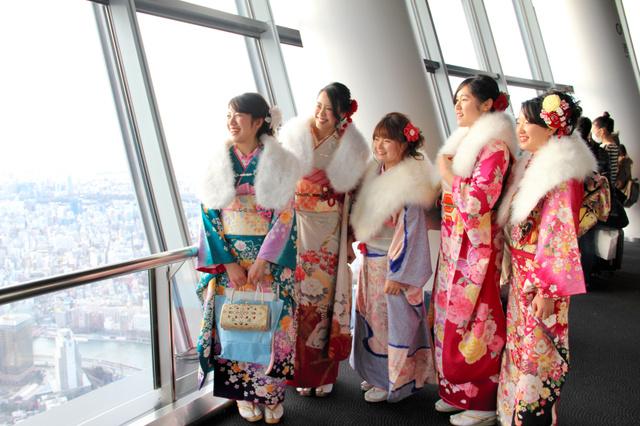 東京スカイツリーの天望デッキから街を眺める墨田区の新成人たち
