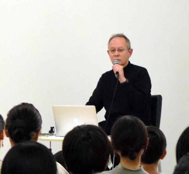 お気に入りの音楽について語るピーター・バラカンさん=静岡市葵区紺屋町