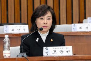 9日、朴槿恵大統領をめぐる疑惑を追及する国会聴聞会に証人として出席した趙允旋・文化体育観光相=東亜日報提供