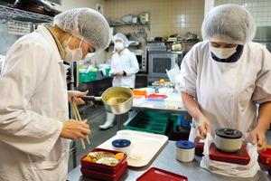 すばる福祉会の調理場「太陽工房」では、知的障害があるスタッフらが、高齢者らのために弁当を作っている=西宮市