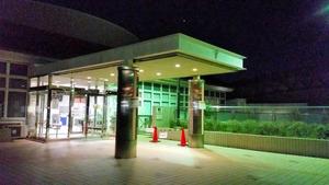 成人式があった家原大池体育館。けんかがあった公園と隣接している=9日夜、堺市西区、矢吹孝文撮影