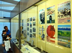 会場には過去の企画展のポスターなどが展示されている=高知市浦戸の県立坂本龍馬記念館