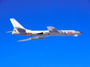 中国軍のH6爆撃機=9日、防衛省統合幕僚監部提供