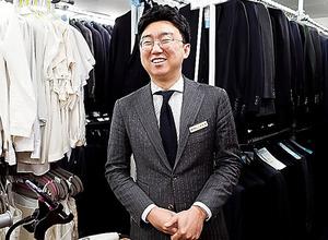 寄贈されたスーツを就活の学生に貸し出す「オープン・クローゼット」を経営する韓萬一さん。日本人の利用者もいるという