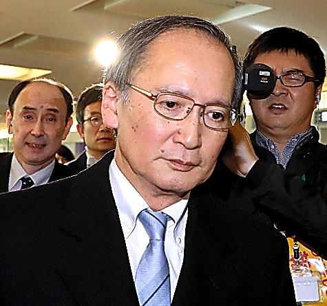 一時帰国した長嶺安政・駐韓大使=9日午後2時11分、東京・羽田空港、川村直子撮影