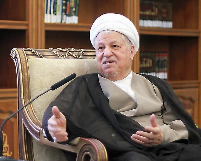 テヘランで2014年7月、朝日新聞の単独インタビューに応じたラフサンジャニ元大統領=イラン公益評議会提供