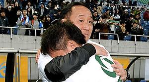 青森山田の黒田凱さん(手前)と抱き合う、父で監督の黒田剛さん
