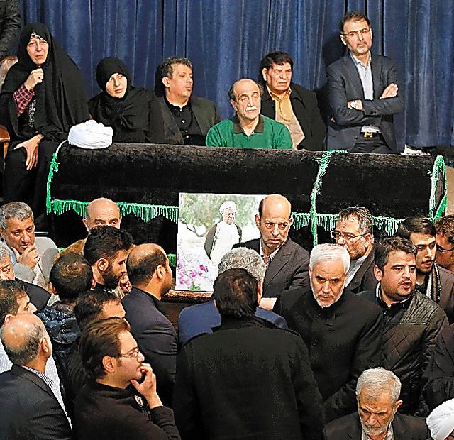 テヘランで8日、ラフサンジャニ元大統領のひつぎの前で死を悼む人たち=AFP時事