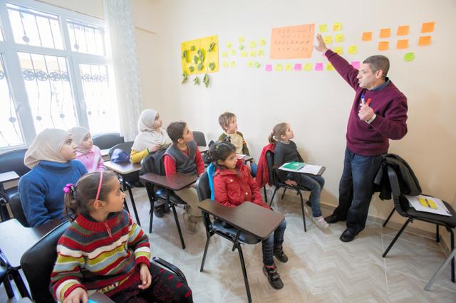 トルコ・シャンルウルファ市のコミュニティーセンターで勉強するシリア難民の子供たち(「難民を助ける会」提供)